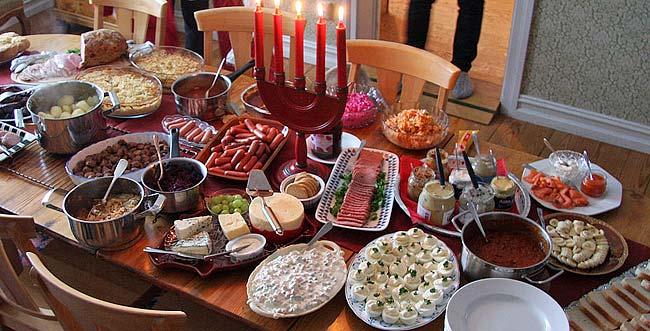 Julbord av det traditionella snittet, hemma hos en familj.